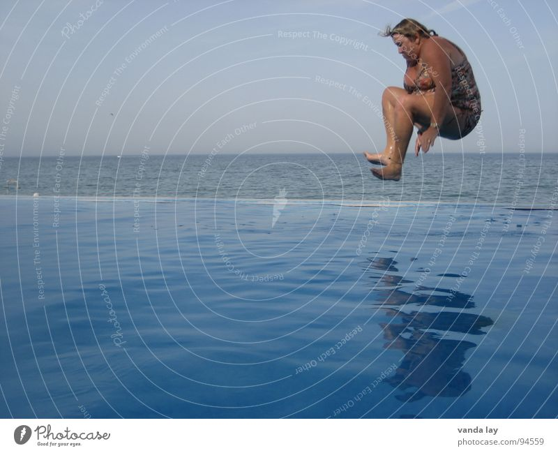 Arschbombe deluxe I Frau Wasser alt Meer Sommer Freude Ferien & Urlaub & Reisen Sport springen Spielen Luft lustig Horizont Bad Schwimmbad Fitness