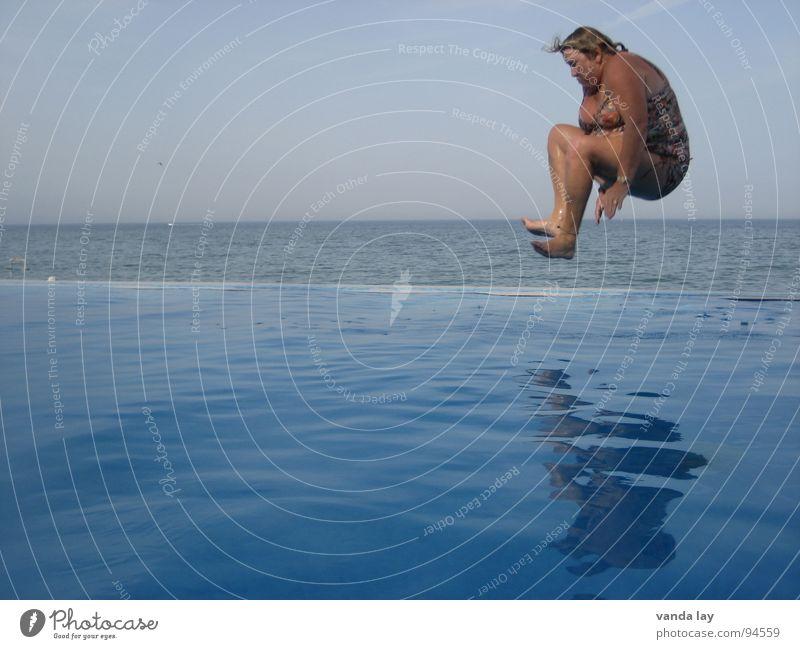 Arschbombe deluxe I Sommer Schwimmbad Ferien & Urlaub & Reisen Meer Badeanzug springen Luft dick Frau Übergewicht Horizont Reflexion & Spiegelung spritzen