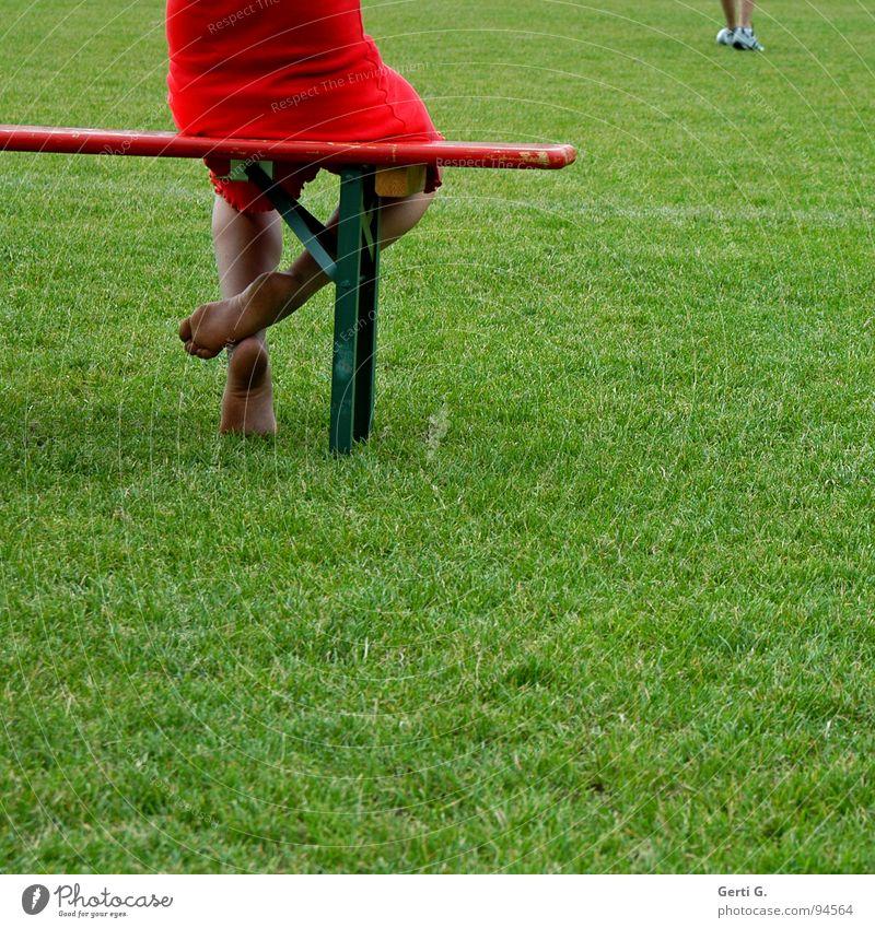 footsie Mensch grün rot Wiese Sport Spielen Gras Fuß Sportrasen Publikum Sitzgelegenheit Turnschuh Barfuß Sportplatz Holzbank