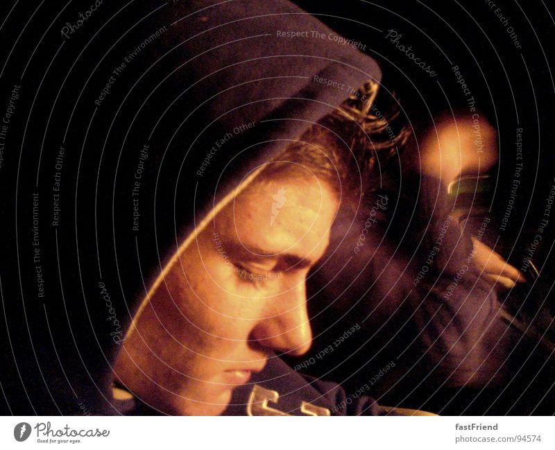 Ruhe oder die Fähigkeit nichts zu tun Nacht ruhig Zufriedenheit Relief Hand Licht Langeweile Frieden Jugendliche Bewegung Gesicht Auge Nase Kapuze silence