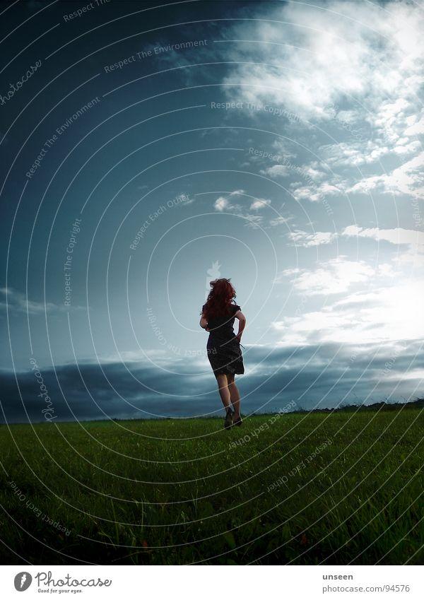 run to Wolken Wiese Unendlichkeit Frau träumen Kleid Perspektive Ferne grün Herbst frei Freiheit Wege & Pfade Himmel Bewegung Meinung Haare & Frisuren blau