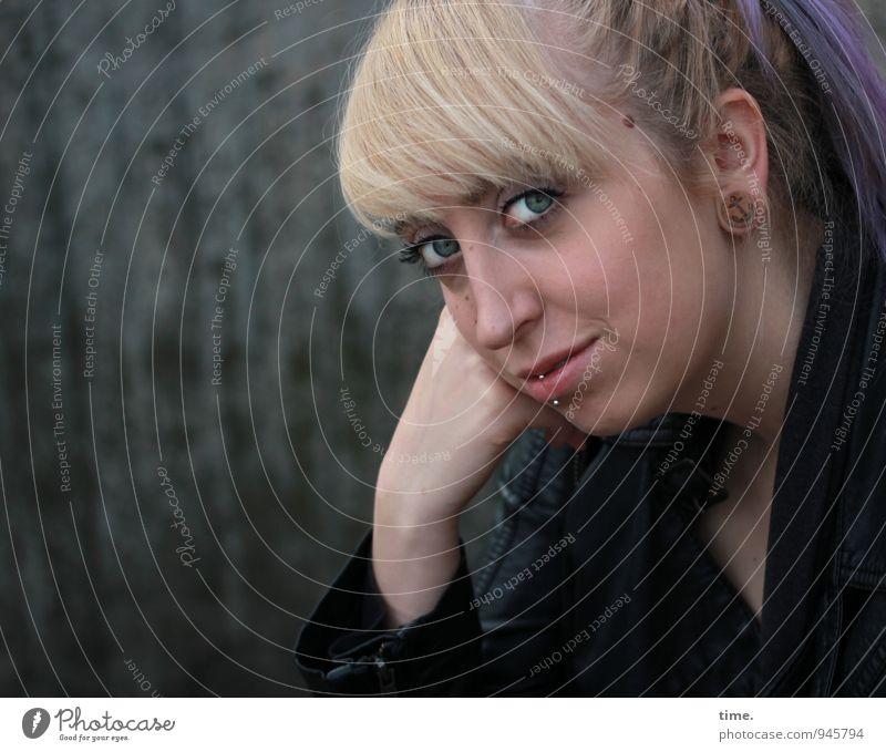 Lilly feminin Junge Frau Jugendliche 1 Mensch Mauer Wand Jacke Piercing Ohrringe blond Pony Zopf beobachten warten außergewöhnlich Freundlichkeit schön Neugier