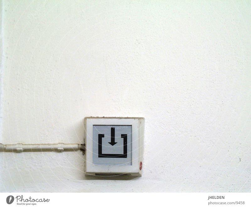 exit weiß Wand Mauer Industrie Dekoration & Verzierung Hinweisschild Zeichen Pfeil Eingang Richtung Ausgang Warnschild Design Notausgang Emotiondesign