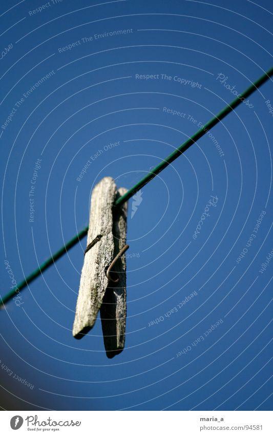 wäsche wäsche wäscheklammer alt blau Einsamkeit Holz dreckig Seil Rost Wäsche waschen Haushalt vergessen Blauer Himmel Klammer Wäscheleine Raumpfleger