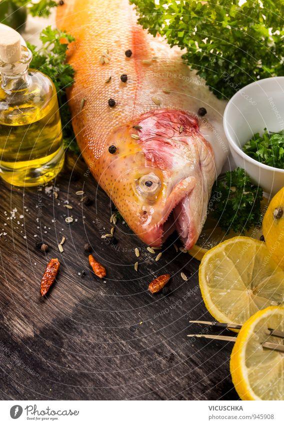 Ganze Regenbogenforellen , Gewürzen ,Zitrone und Öl. Lebensmittel Fisch Gemüse Frucht Kräuter & Gewürze Ernährung Mittagessen Abendessen Bioprodukte