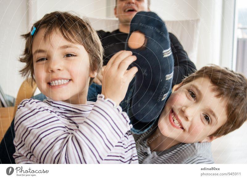 Familie spart... Vater Erwachsene Geschwister Familie & Verwandtschaft Strümpfe lachen sparen lernen authentisch Zusammensein Glück Billig Freude Lebensfreude
