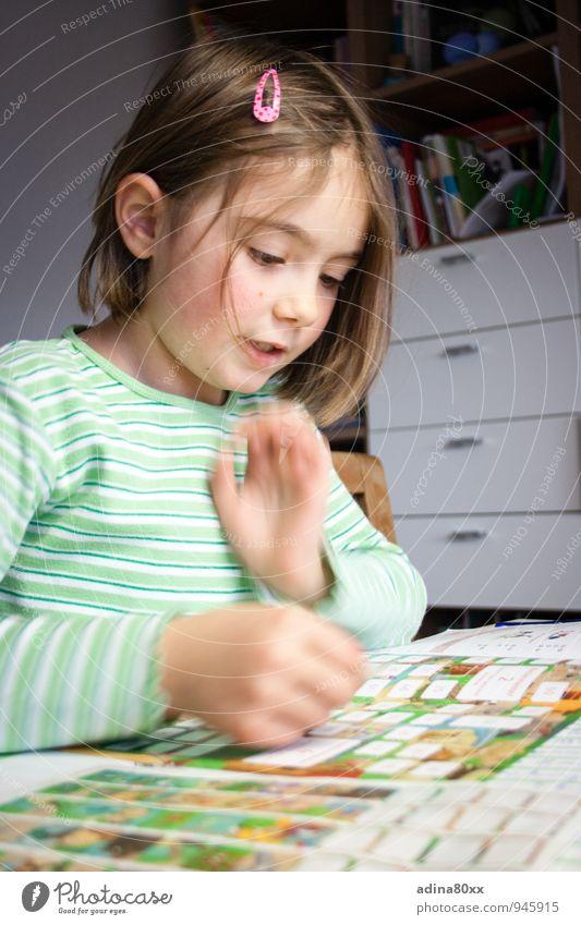 Schulkind II Mädchen Leben Denken Kunst Schule Erfolg Kindheit Zukunft lernen Hoffnung Neugier Ziel Bildung entdecken Konzentration Wissenschaften