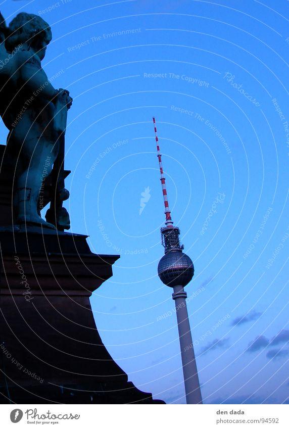 Berlin TV Tower Angelrute Sonnenuntergang Dämmerung historisch modern Wahrzeichen Denkmal Engel dawn twilight alt und neu architecture Berliner Fernsehturm