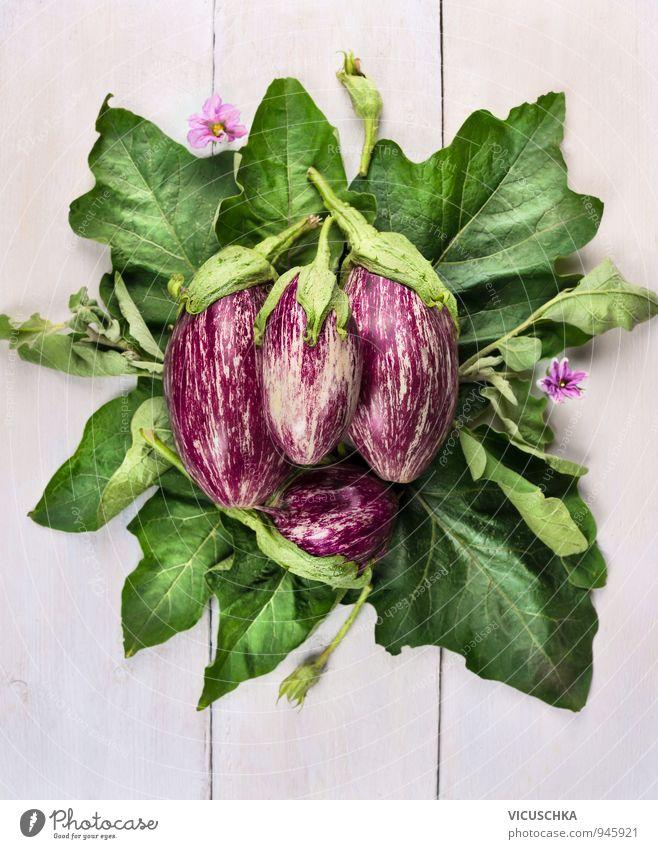 gestreiften Auberginen mit Blättern und Blüten Lebensmittel Gemüse Gesunde Ernährung Freizeit & Hobby Sommer Garten Natur Pflanze gut grün violett weiß
