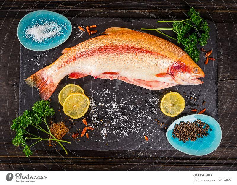 Ganze Regenbogenforelle Fisch mit Gewürzen Lebensmittel Gemüse Kräuter & Gewürze Ernährung Mittagessen Abendessen Festessen Bioprodukte Vegetarische Ernährung