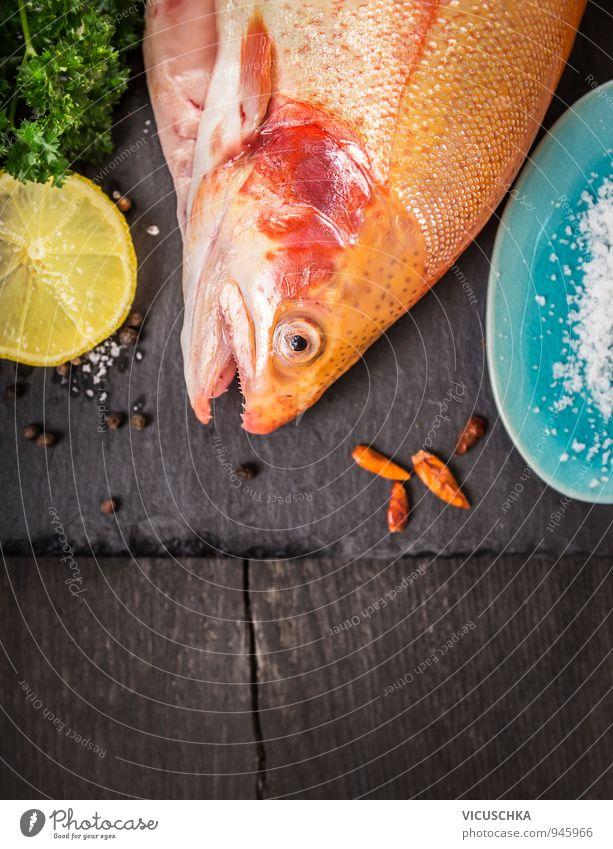 forelle auf alten dunklen Holztisch mit Zitrone und Gewürze Natur Gesunde Ernährung Essen Hintergrundbild Lebensmittel Lifestyle Design genießen Fisch Küche