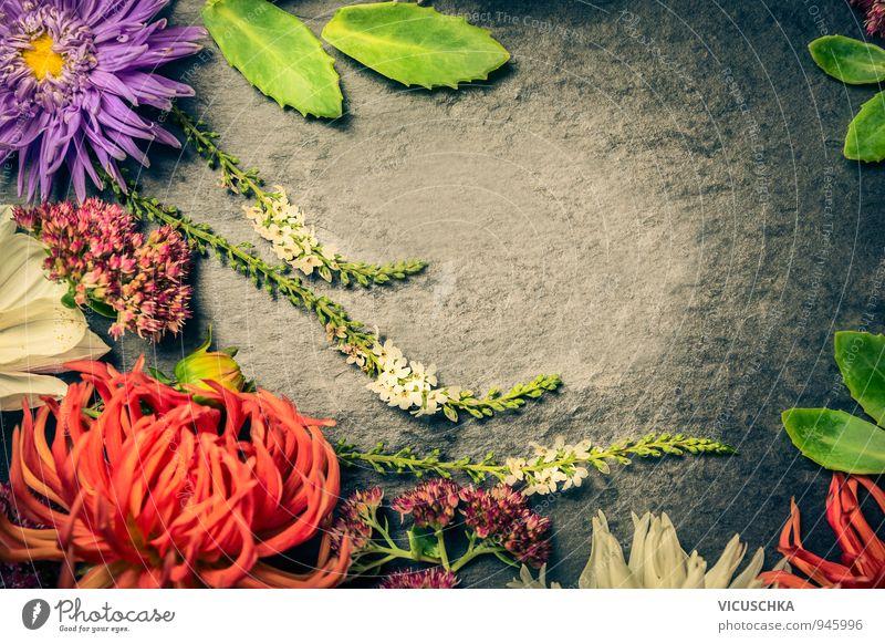 Garden Blumen mit Blättern auf Schiefer Lifestyle Design Freizeit & Hobby Sommer Wohnung Natur Pflanze Garten Blumenstrauß gelb rosa arrangiert Hintergrundbild