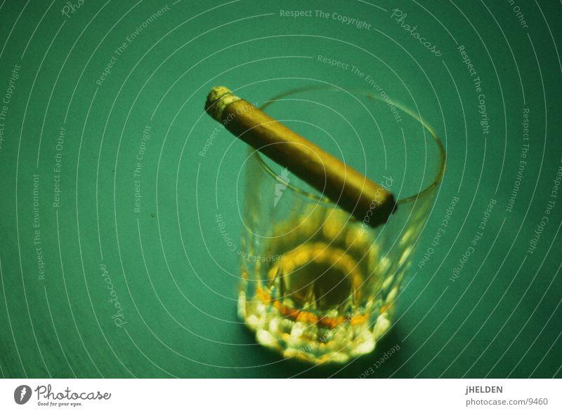 whiskey & cigars Lebensmittel Getränk Alkohol Spirituosen Glas Stil ruhig Rauch elegant lecker seriös stark braun gold grün Gefühle Stimmung Laster Kraft