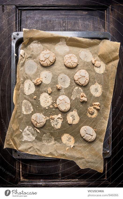 Cookies mit Rissen auf Backpapier und alten Backblech. Weihnachten & Advent Holz Lebensmittel Lifestyle Freizeit & Hobby Ernährung Tisch Papier Bioprodukte