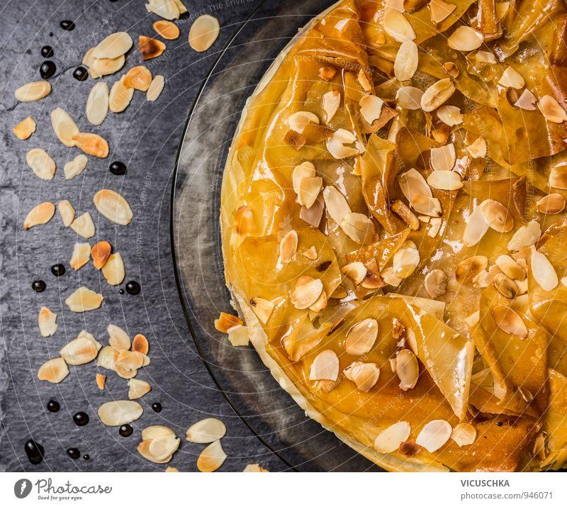 Filoteig Kuchen mit Rosenwassersirup und Mandeln Sommer schwarz Hintergrundbild Lebensmittel gold Ernährung Süßwaren gut Dessert Teller Backwaren Top