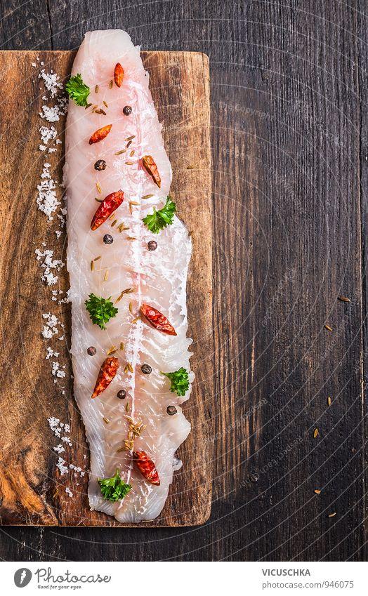 rohe Fischfilet mit Kräutern und Gewürzen auf Schneidebrett Natur alt grün rot dunkel Hintergrundbild braun Lebensmittel rosa Lifestyle Freizeit & Hobby Design