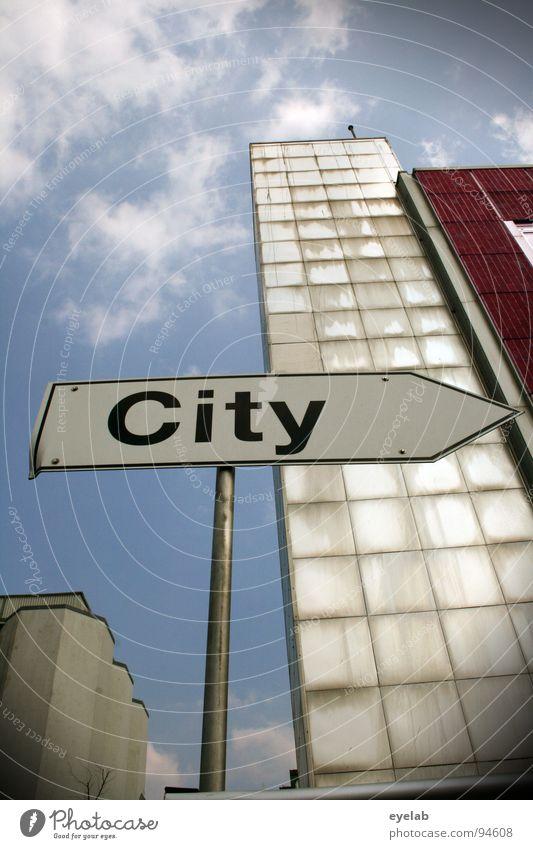 Titel (siehe Foto) Stadt Stadtzentrum Richtung Typographie Gebäude Haus Silo Hochhaus rot weiß Stahl Beton grau Wolken Verkehrsschild Vorstadt Verkehrszeichen