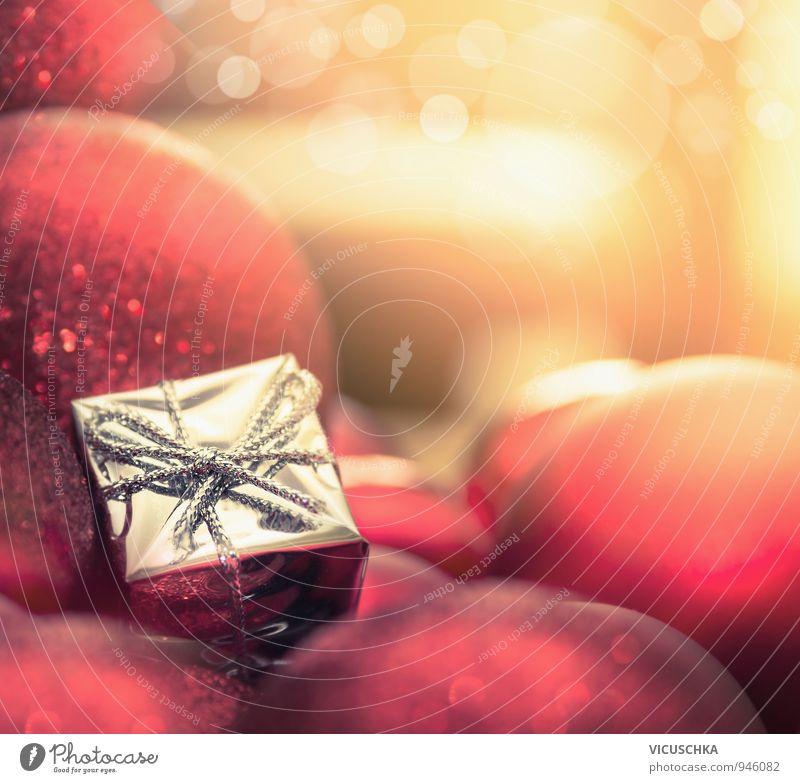 Weihnachts Kugeln und ein kleines Geschenk Lifestyle elegant Design Veranstaltung Weihnachten & Advent gelb Tradition Symbole & Metaphern Postkarte Licht