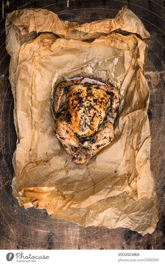 Gebackene ganze Hähnchen mit Rosmarin in Backpapier alt dunkel gelb Stil Holz oben Lebensmittel Ernährung Tisch Papier Kochen & Garen & Backen Kräuter & Gewürze