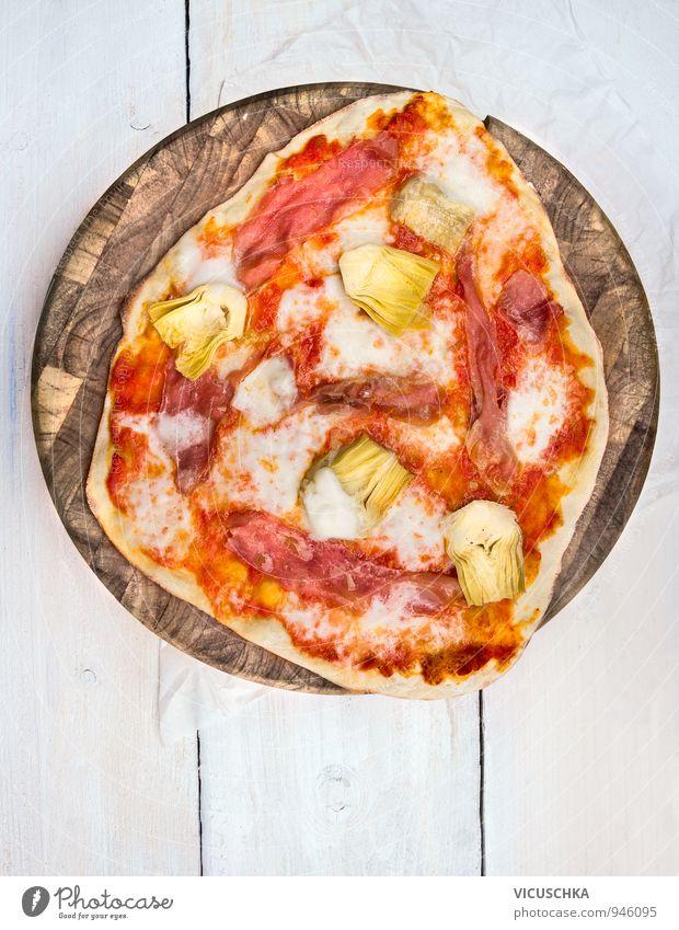 Hausgemachte Pizza weiß rot gelb Hintergrundbild braun Lebensmittel Ernährung Tisch Italien Kochen & Garen & Backen Gemüse Bioprodukte Holzbrett Fleisch
