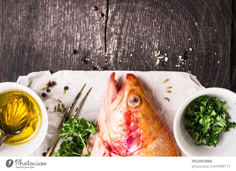 Regenbogenforelle, Öl und Gewürzen auf weißem Papier. Lebensmittel Fisch Kräuter & Gewürze Festessen Gabel Lifestyle Gesunde Ernährung Freizeit & Hobby Natur
