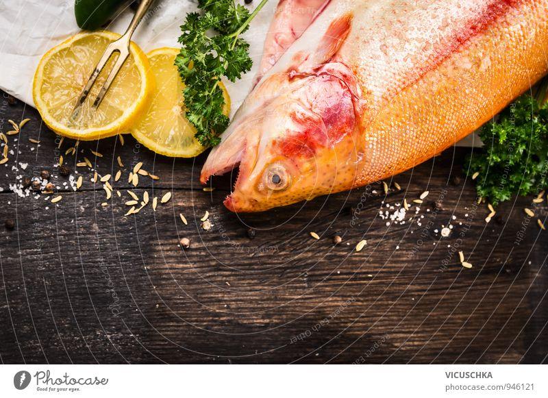 rohe Regenbogenforelle Fisch mit Zitrone Lebensmittel Gemüse Frucht Kräuter & Gewürze Ernährung Festessen Bioprodukte Vegetarische Ernährung Diät Lifestyle