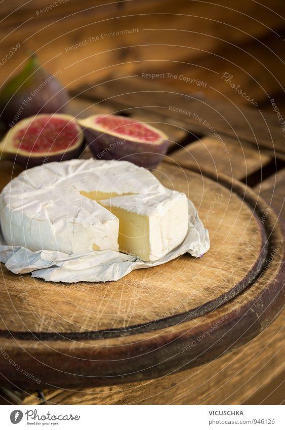 Camembert auf alten Holzbrett Lebensmittel Käse Frucht Dessert Ernährung Essen Frühstück Bioprodukte Vegetarische Ernährung Gesunde Ernährung weich braun gelb