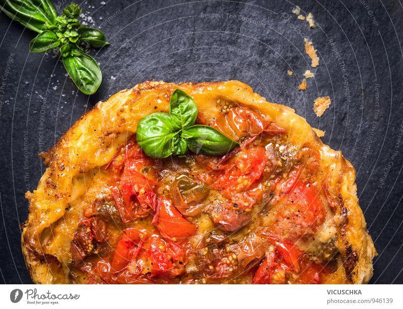 Tomaten Tarte Tatin mit Basilikum auf Schiefer grün rot schwarz gelb Stil Hintergrundbild Freizeit & Hobby Ernährung Kochen & Garen & Backen Kräuter & Gewürze
