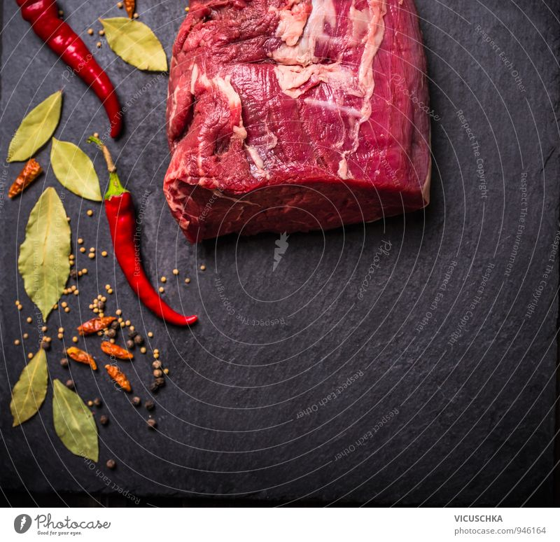 Rohe Rindfleisch Filet mit Gewürzen auf schwarzem Schiefer grün rot Gesunde Ernährung Hintergrundbild Lebensmittel Lifestyle Freizeit & Hobby Design