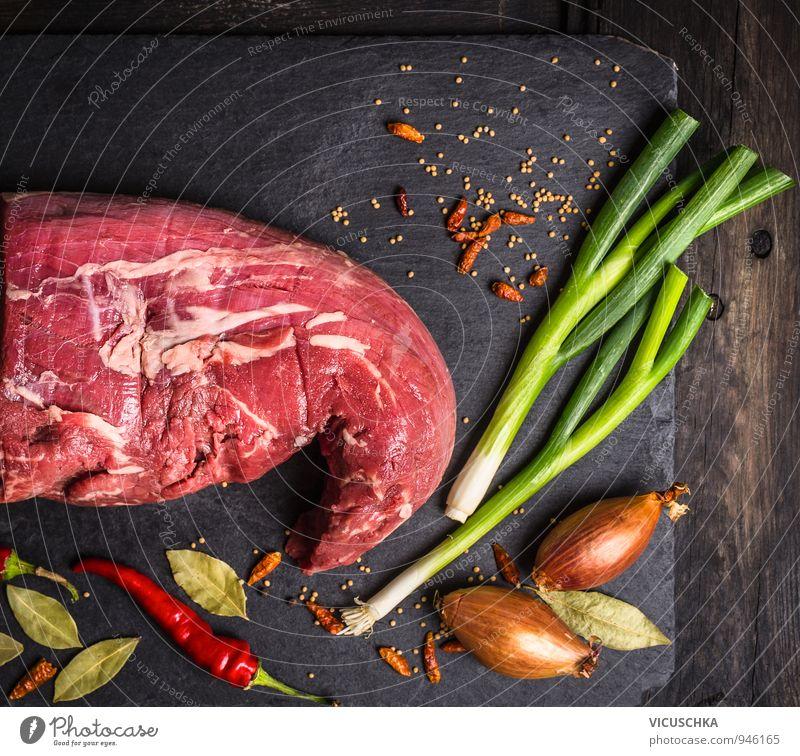 rohes Rinderfleisch mit Kräutern und Gewürzen auf Schiefer alt Sommer dunkel Holz Hintergrundbild Lebensmittel Design Ernährung retro Kochen & Garen & Backen