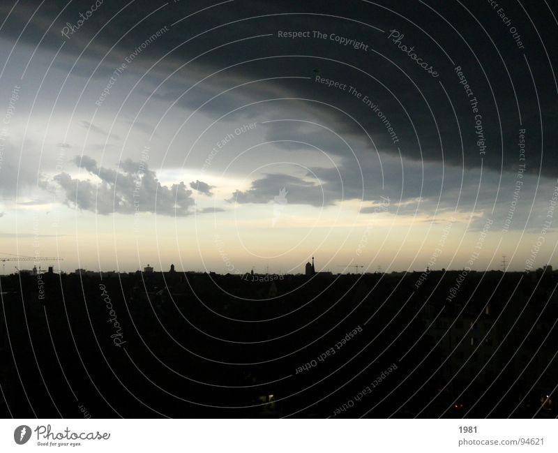 Dunkle Seiten ziehen auf! Himmel Wolken dunkel Regen Deutschland Wetter Horizont München Sturm Gewitter Donnern