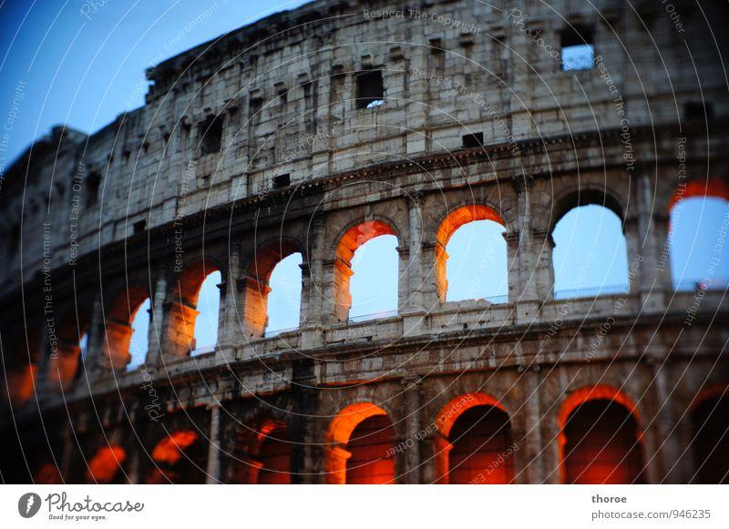 Roma Stadt Stadtzentrum Altstadt Menschenleer Ruine Bauwerk Architektur Mauer Wand Fassade Sehenswürdigkeit Wahrzeichen Denkmal Kolosseum ästhetisch historisch