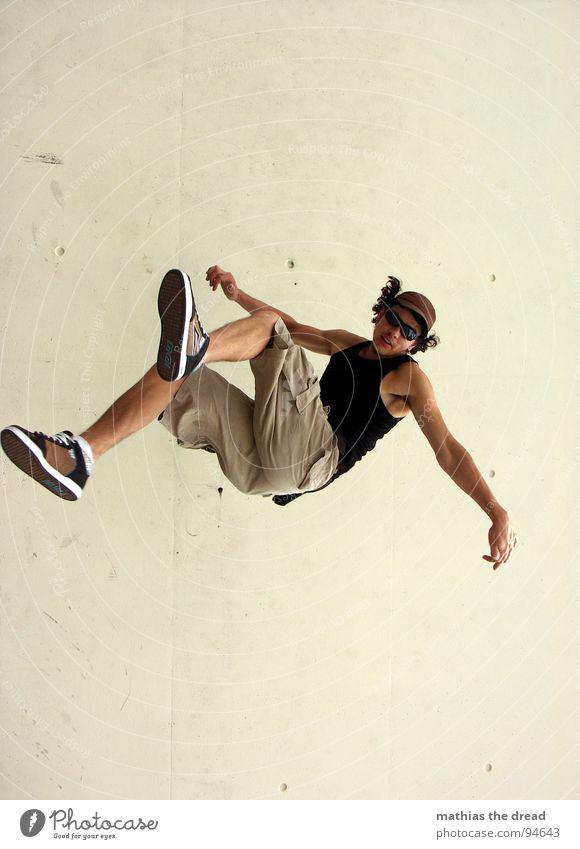 FREIER FALL Mann Jugendliche Freude Einsamkeit Erholung maskulin fliegen frei hoch Coolness fallen Sonnenbrille Schweben Schwerelosigkeit