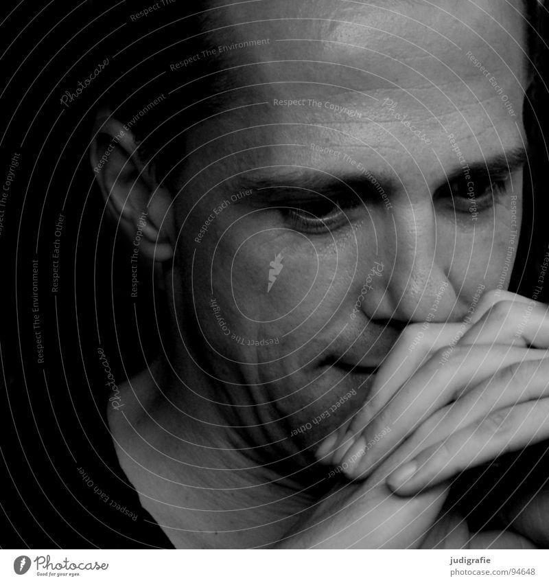 Denken Porträt Mann Hand Finger Bart unrasiert Wimpern Augenbraue Philosoph Wachsamkeit skeptisch Anlegestelle Schwarzweißfoto Gesicht Stoppel Haare & Frisuren