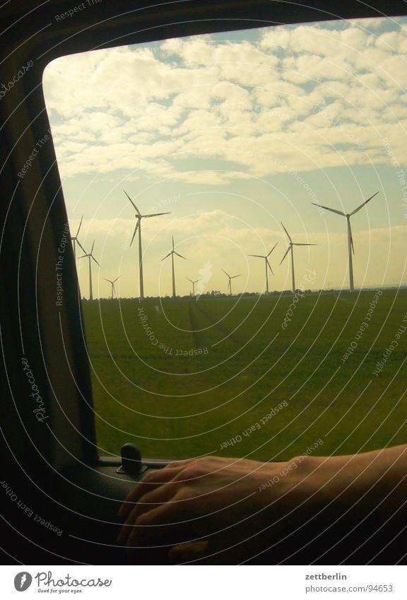 Windpark Hand Himmel Ferien & Urlaub & Reisen Wolken Straße Fenster Feld Wetter Horizont Ausflug Industrie Energiewirtschaft fahren Windkraftanlage Autobahn