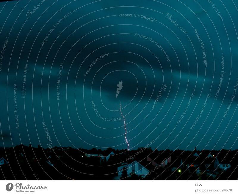 Blitz blau Stadt Haus schwarz Wolken Ferne Glück grau Regen hell Angst Brand Wetter Elektrizität gefährlich bedrohlich