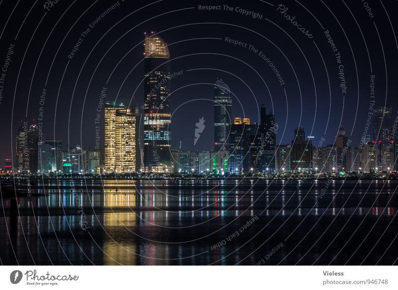 Abu Dhabi schwarz Architektur Gebäude glänzend leuchten Hochhaus Turm Kitsch Bauwerk entdecken Skyline Hauptstadt Sehenswürdigkeit Nachtaufnahme Lichtermeer