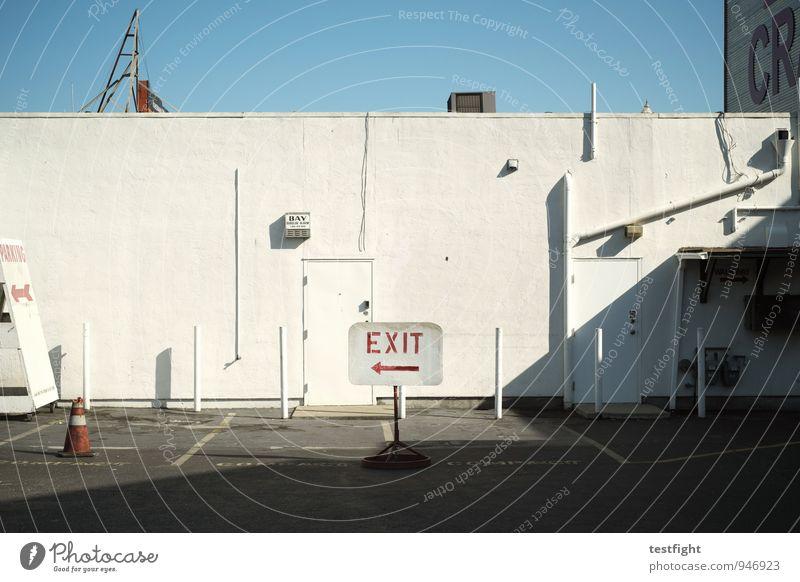 fischermannswerft (rückseite) Stadt Hafenstadt Menschenleer Haus Bauwerk Gebäude Architektur Fassade Schifffahrt Arbeit & Erwerbstätigkeit blau weiß Parkplatz