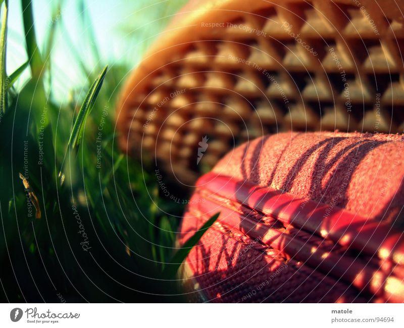ROT IM GRUENEN_03 Schuhe Schuhsohle Turnschuh Silhouette Gras grün Wiese Park rot Sommer Erholung Pause faulenzen Halbschlaf Zeitvertreib
