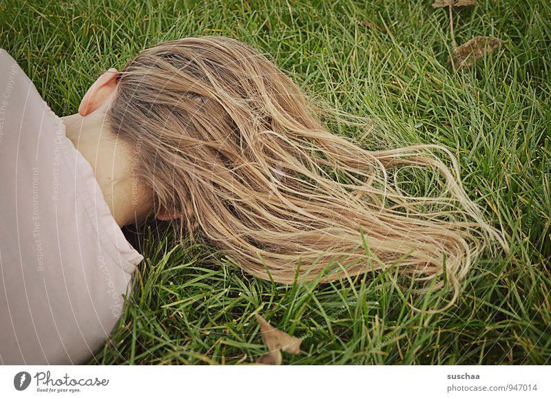 chillen feminin Kind Mädchen Junge Körper Kopf Haare & Frisuren Ohr 1 Mensch 8-13 Jahre Kindheit Natur Herbst Gras Wiese brünett blond langhaarig liegen