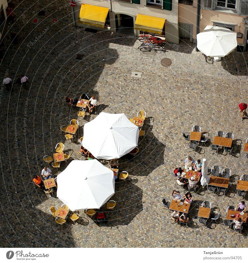 summer in the city Marktplatz Sonnenschirm Café Sommer genießen weiß Markise gelb Vogelperspektive Stadt gemütlich Spaziergang Tisch Rede Frühstück Stuhl
