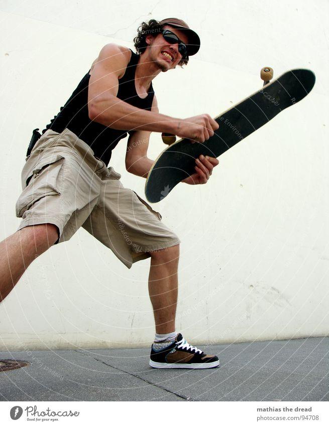 WUT Mann Jugendliche Sommer Sport Gefühle Spielen Beton groß Trauer Energiewirtschaft Macht Wut Skateboarding stark Verzweiflung Gesichtsausdruck