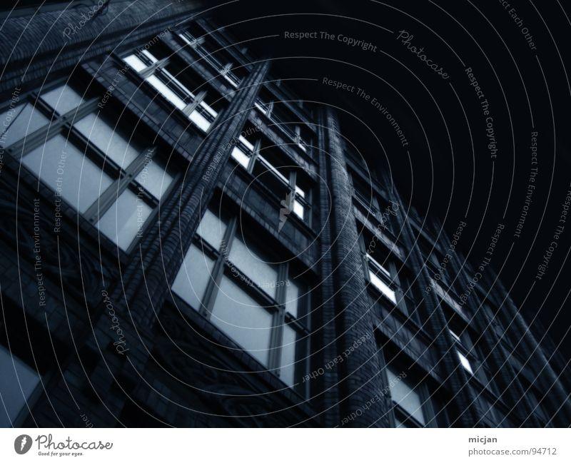 eldrich alt blau Haus dunkel Wand oben Fenster Stein Mauer Gebäude Angst Architektur Glas gehen Design