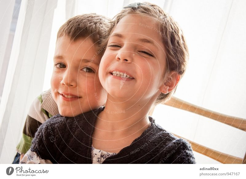 Großer Bruder macht selbstbewusst Kind Freude Glück lachen Schule Freundschaft Zufriedenheit Kindheit Fröhlichkeit Zukunft lernen Lebensfreude Sicherheit