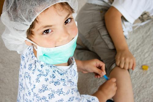 Erste Hilfe Mädchen Spielen Gesundheit Gesundheitswesen Schule Kindheit lernen Hilfsbereitschaft Schutz Sicherheit Bildung Krankheit Zusammenhalt Vertrauen