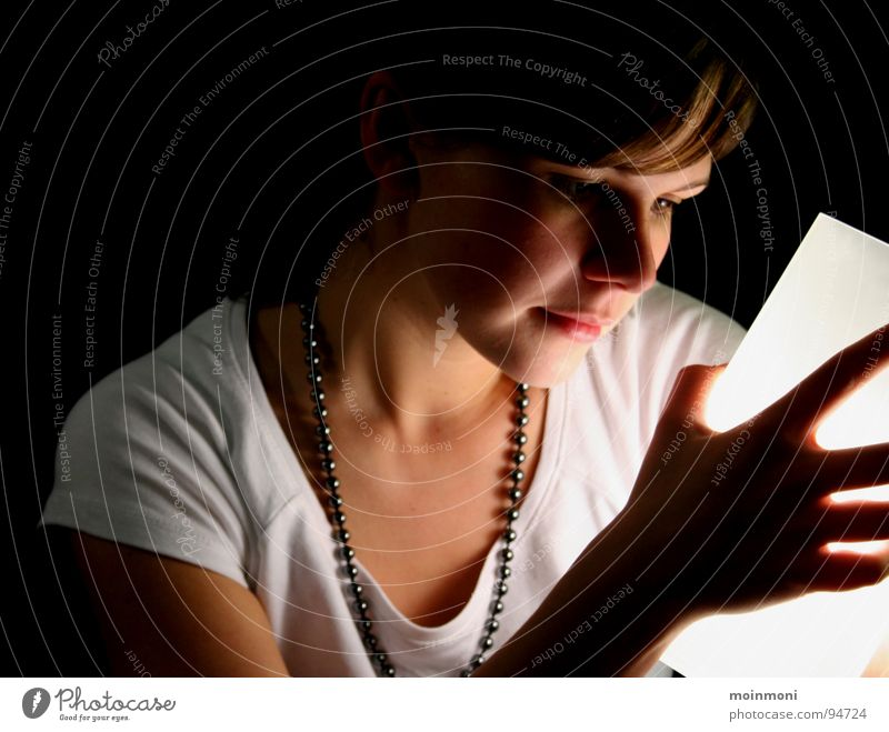 Lichtblick Frau weiß schwarz Lampe dunkel Gefühle träumen Kette Gedanke Auslöser
