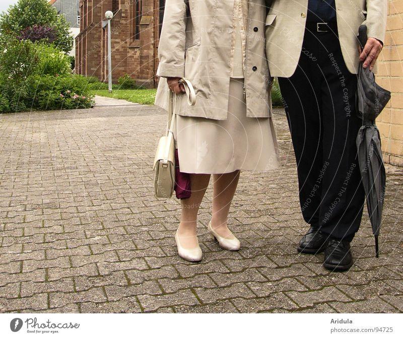 sie + er Frau Mensch Mann Liebe Stein Paar Religion & Glaube paarweise stehen Vertrauen Regenschirm Tasche beige Ehe gleich