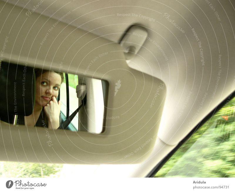 ... drive and drive ... Frau Hand grün Gesicht lachen PKW sitzen fahren beobachten Spiegel Langeweile beige Blende schmollen