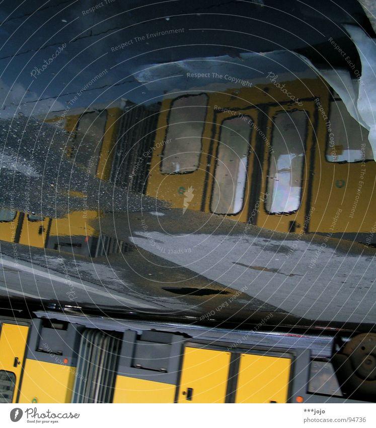 unterwasserbahn Wasser gelb Straße Berlin Regen nass Verkehr Eisenbahn Asphalt Mobilität Verkehrswege feucht Pfütze Straßenbahn
