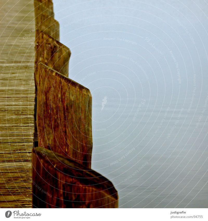 Ruhe Steg Anlegestelle ruhig Holz Meer See grau trist Nebel aufgereiht Farbe Winter Frieden Hafen Wasser Ostsee Windstille Reihe